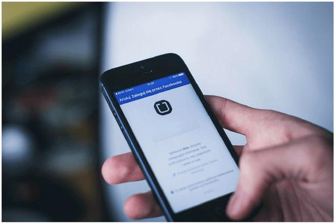 Para descargar vídeos de Facebook en tu iPhone debes instalar primero una aplicación para ello desde la App Store