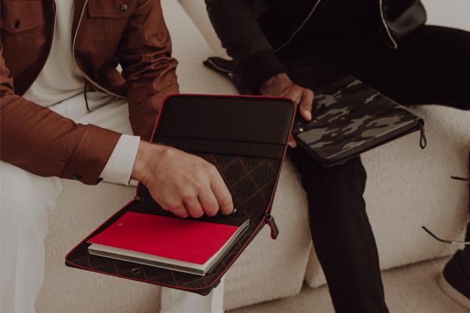 Augmented Paper se presenta en forma de sobre de piel o de estuche con cremallera que contiene un cuaderno y un instrumento de escritura.