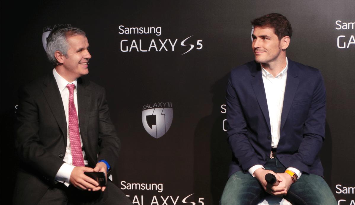 Iker Casillas y Celestino García , durante la presentación del GalaxyS5