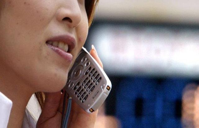 ¿Sabías que el níquel de los teléfonos móviles puede causar dermatitis?