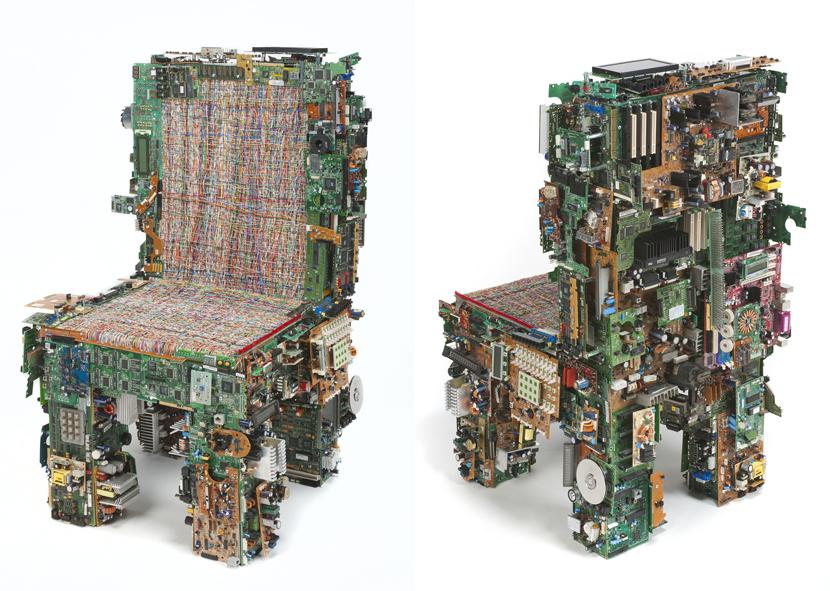 sillas con piezas de ordenadores