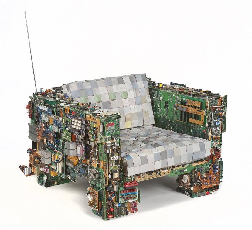 sillon con piezas de ordenadores