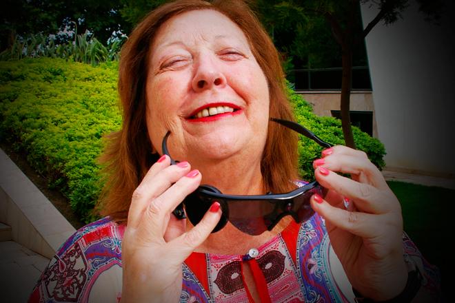 Mujer recupera parte de la visión gracias a ojo biónico