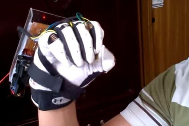 Este guante inteligente traduce lenguaje de señas