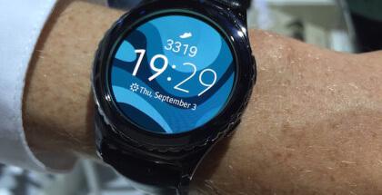 Samsung Gear S2 incorpora tecnología NFC, que permite realizar pagos móviles sin necesidad de llevar dinero en efectivo.