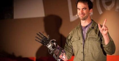 Joven discapacitado se crea su propia mano biónica usando impresora 3D