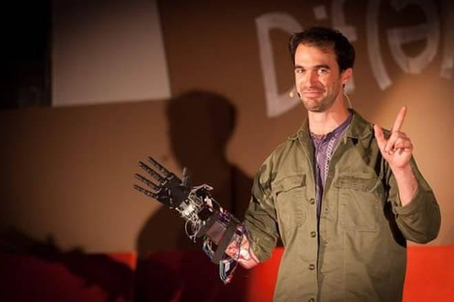 Impresión 3D y medicina: Joven discapacitado se crea su propia prótesis de mano biónica