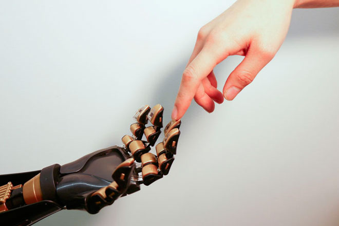 """El dispositivo en el """"dedo de oro"""" es el sensor de la piel como la desarrollada por los ingenieros de Stanford. (Fuente: news.stanford.edu)"""