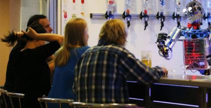 Un robot bartender hace tragos a medida según 5 rasgos de la personalidad revelados por el perfil en Facebook