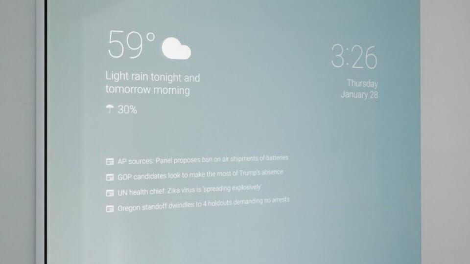 el ingeniero de Google Max Braun, quien concibió un espejo inteligente con Android con el que se puede interactuar.