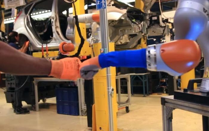 Este robot te sirve un café y te da un masaje a la vez