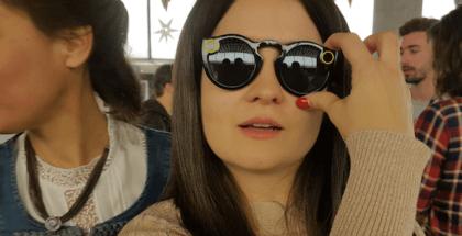 mujer usando las Spectacles gafas de snapchat