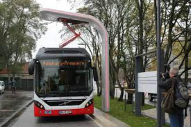 Conoce el eBus: un autobús híbrido que se recarga en las paradas