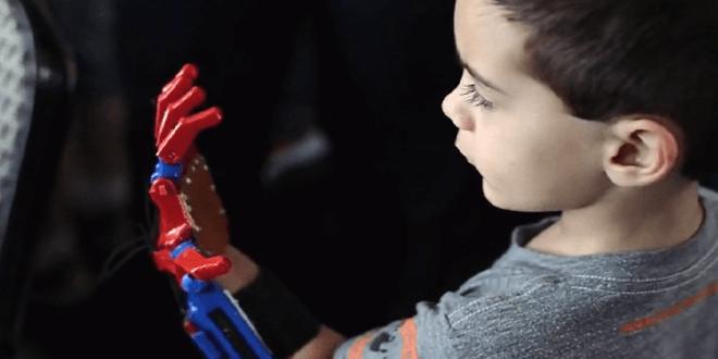 ONG fabrica prótesis de brazos impresas en 3D para niños