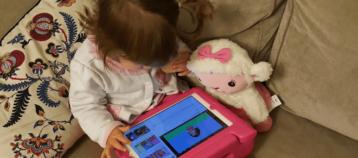 Niña usando iPad Youtube Kids niños