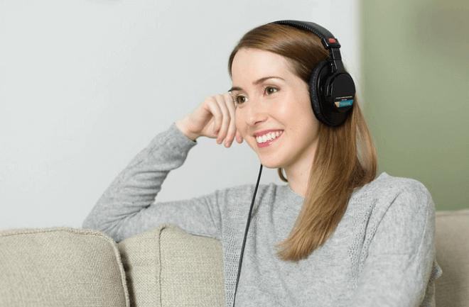 Estos auriculares controlan tu móvil con un guiño de ojo o una sonrisa