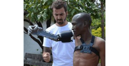 Guillermo Martínez entregó prótesis de brazos impresas en 3D en Kenia