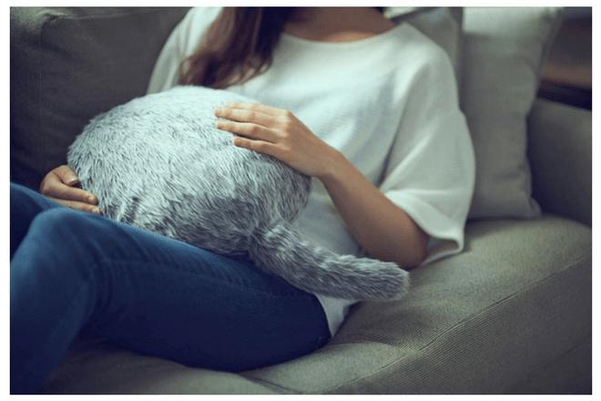Un cojín robótico con cola de gato pretende ser tu nueva mascota