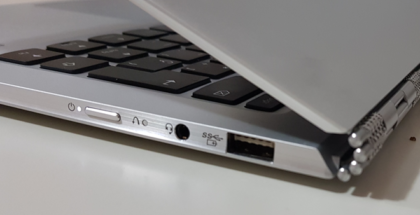 Lenovo Yoga 910 vista lateral del sistema de bisagras