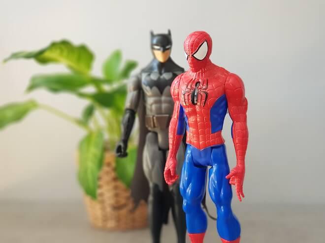 spiderman y batman en foto tomada con el galaxy note8 efecto bokeh enfoque dinámico