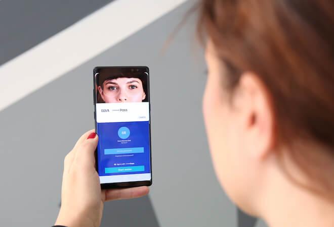 La app móvil del BBVA es compatible con el escáner de iris en los móviles de Samsung