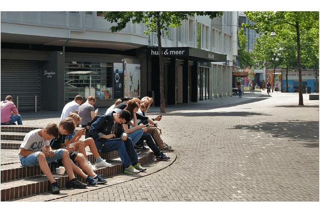 foto de adolescentes en una plaza