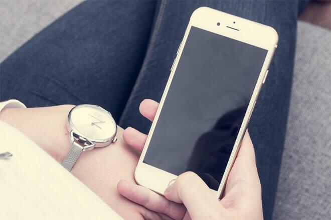 Foto de mujer adicta al móvil