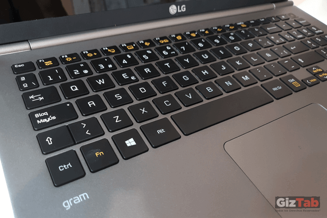 Al tocar el botón de encendido, se puede apagar o ajustar la retroiluminación del teclado