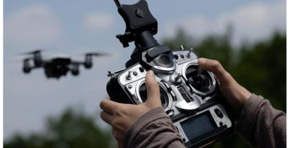 foto de control en las manos de una persona que maneja un dron