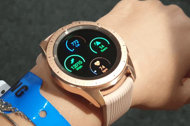 EL Galaxy watch te permite medir las calorías que has quemado, los pasos que has dado y más.
