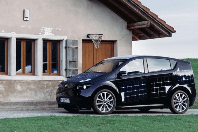 Sion, el primer automóvil eléctrico que carga sus baterías del sol