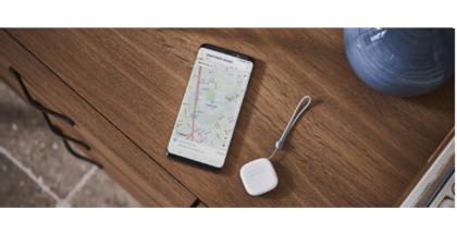 imagen del Samsung SmartThing Tracker junto a un móvil