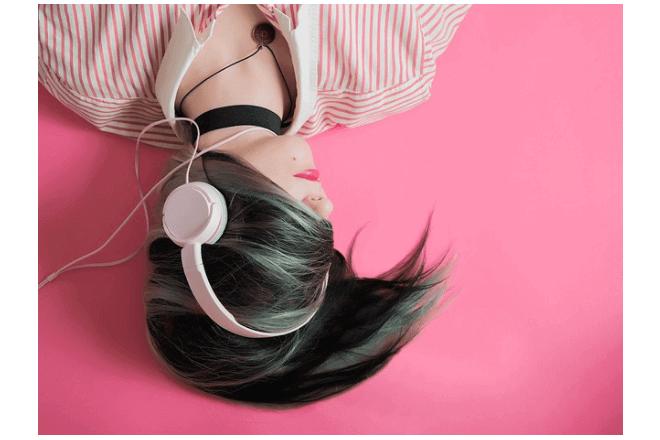 mujer escucha música