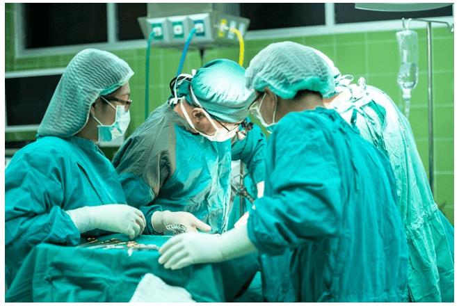 imagen de médicos en un quirófano