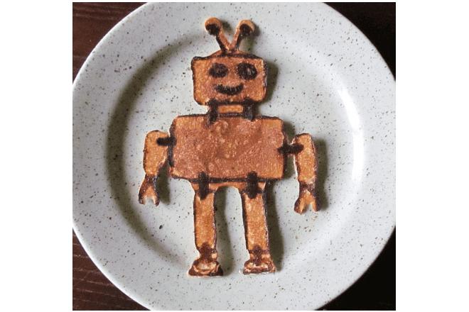 foto de un plato con una rebanada de pan tostada con forma de robot