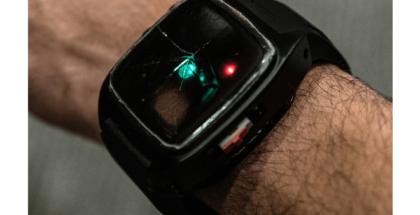imagen de pulsera inteligente en el brazo de un hombre