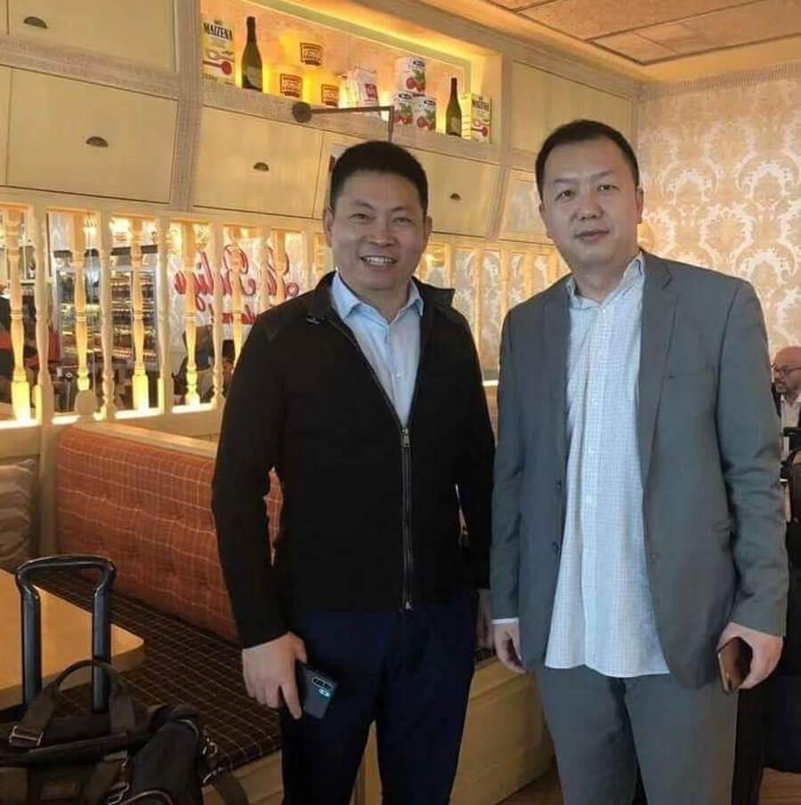 El CEO de Huawei con un supuesto Huawei P30 Pro en mano