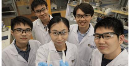 foto de científicos con una muestra de la piel electrónica sensible al tacto