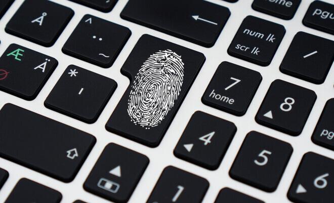 Marca de huella dactilar sobre teclado