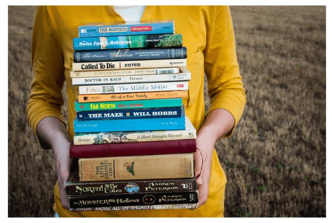 mujer lleva libros