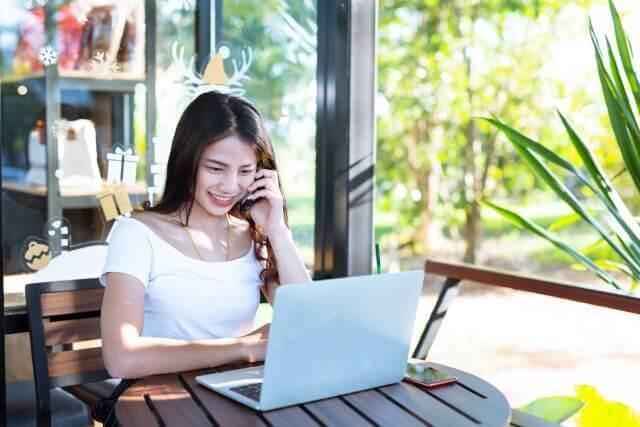 Mujer joven sentada frente a una laptop
