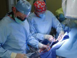 cirujanos operando a un paciente en un quirofano