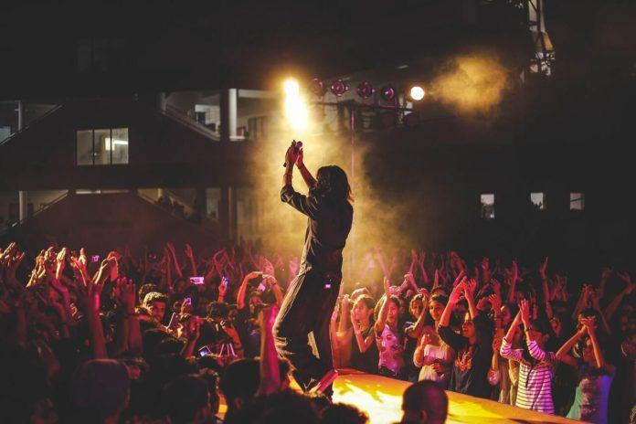 Imagen de cantante ovacionado por sus fans