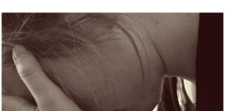 foto de mujer de perfil con las manos sobre el rostro