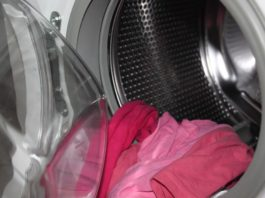 Foto de una lavadora con la puerta abierta y ropa