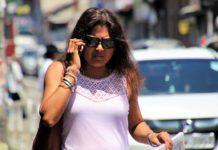 Mujer hablando por teléfono en la calle con expresión malhumorada
