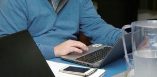 Hombre trabajando con su ordenador en un escritorio