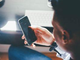 Hombre con un teléfono en la mano