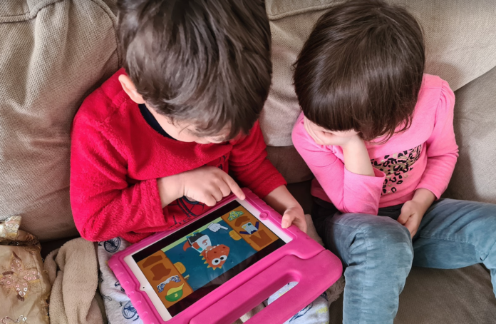 niños jugando con tablet