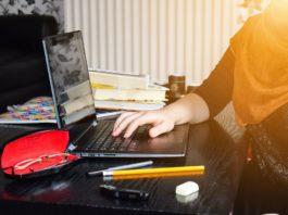 Mujer joven escribe en un ordenador